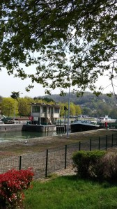 Barge arriving at the Bougival lock.