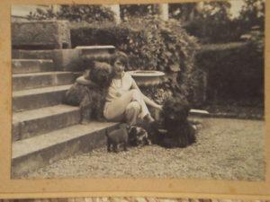 Mistinguett dans sa maison de Bougival